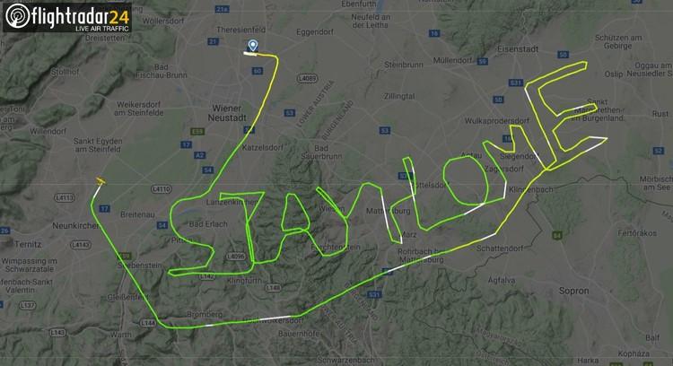 Пилот «нарисовал» в небе шприц в честь начала вакцинации от коронавируса в Германии