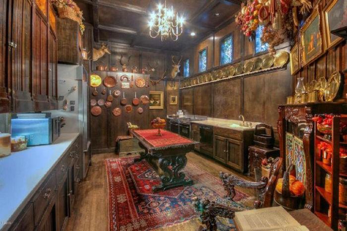 Кухня, выполненная в старинном стиле.