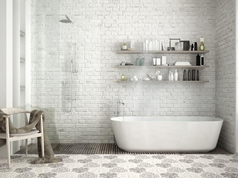 белый кирпич на стенах ванной комнаты