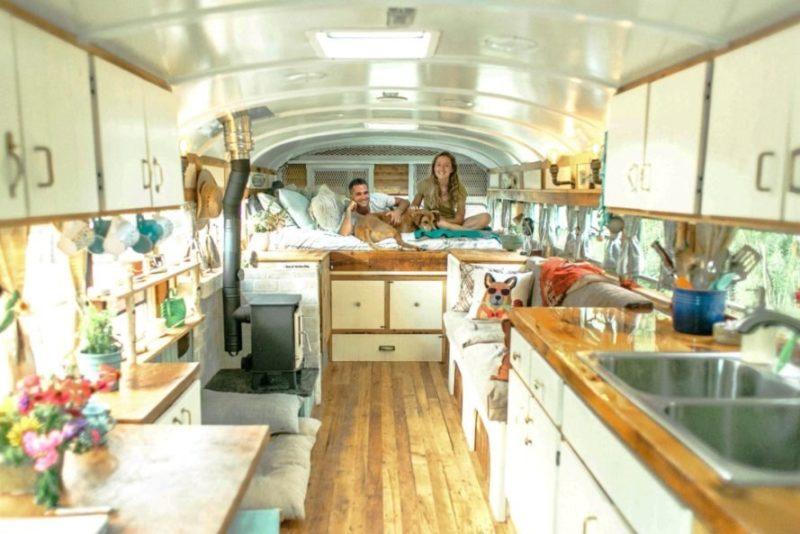 Налесоповал скомфортом: пара превратила старый тюремный автобус вуютный дом наколесах