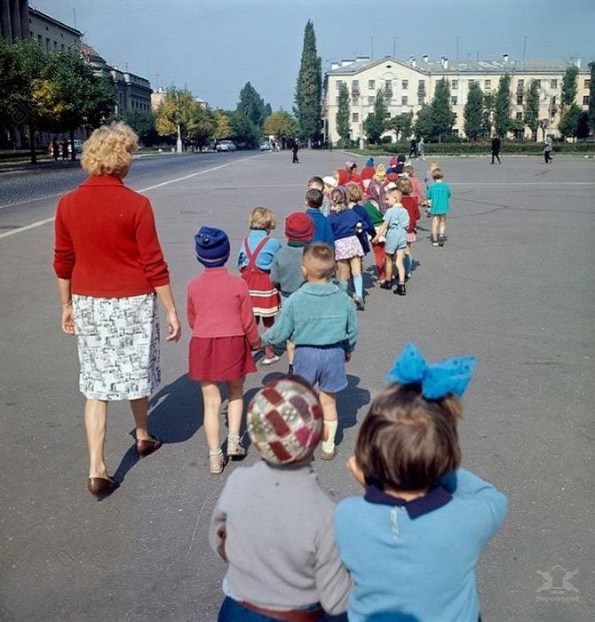 Воспитанники советского детского сада на прогулке.