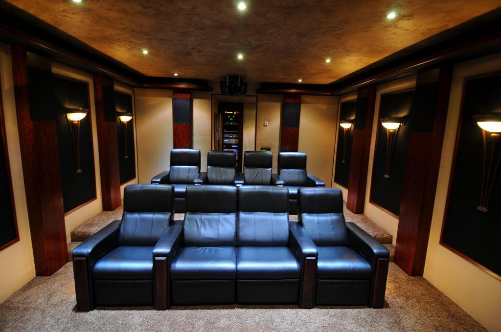 Домашний кинотеатр в цветах: черный, темно-коричневый, коричневый, бежевый. Домашний кинотеатр в стиле хай-тек.