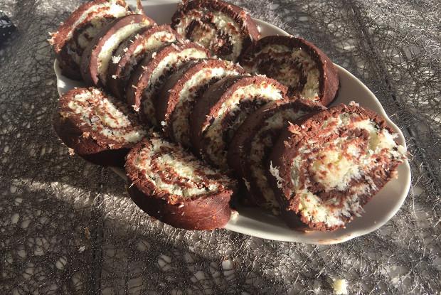 Рулет с кокосовой начинкой: даже духовку не нужно включать!
