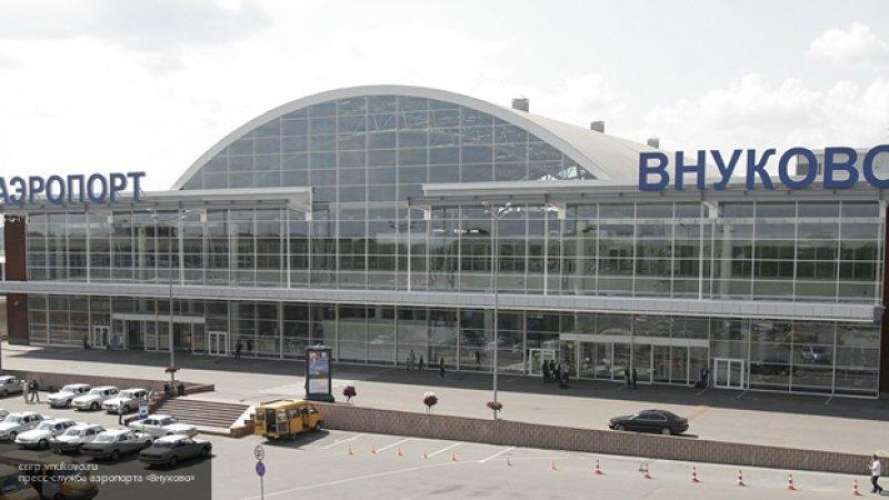 Автобус горит в зоне вылета аэропорта Внуково в Москве