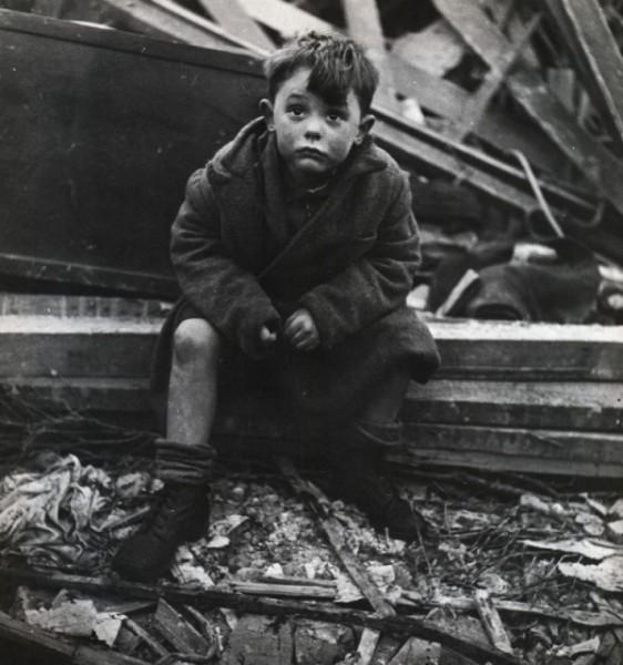Солдаты сели кушать и тут они увидели голодных немецких детей…