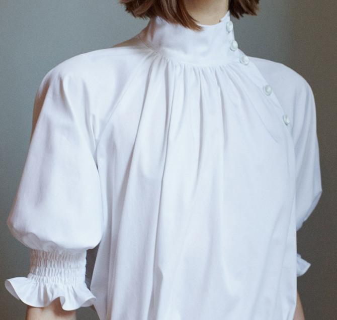 белая деловая блузка 2019 - высокий воротник-стойка на пуговках, рукава-фонарики на широкой резинке с воланом