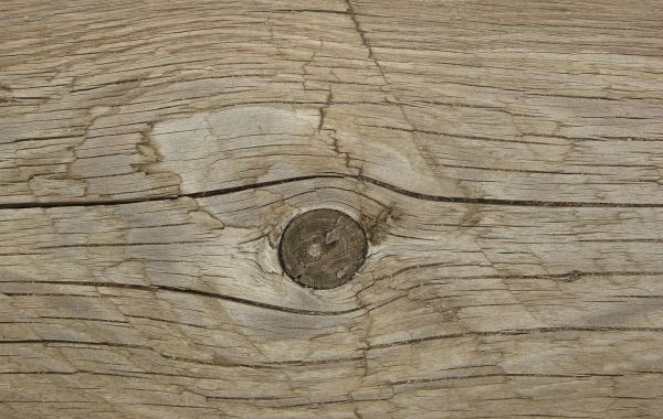 Трещины на сучковатой древесине