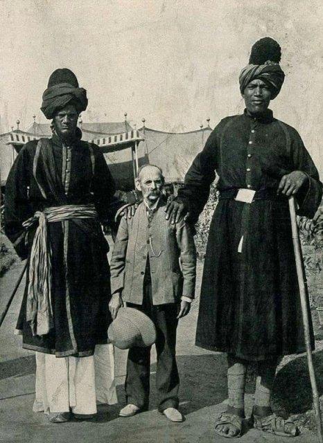 Профессор Рикалтон и два гиганта из Кашмира. Рост одного был 2,4 метра, а другого - 2,2 метра история, люди, мир, фото