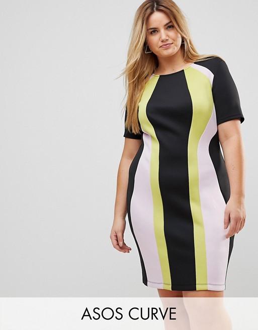 Модель в деловом платье футляр в черно-белом платье
