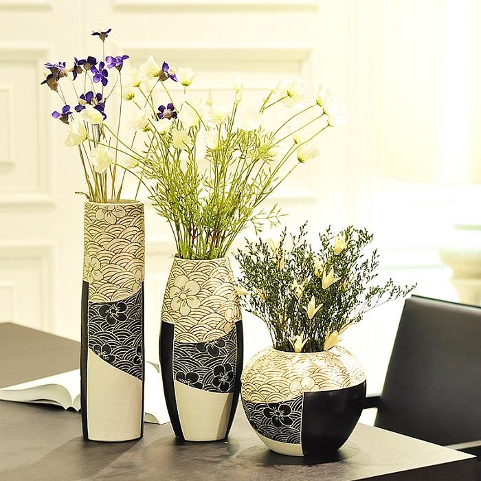 На полку можно поставить три вазы, которые будут смотреться гармоничнее, чем две. / Фото: sam-sebe-dizainer.com