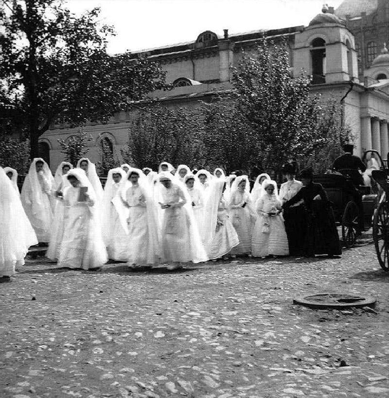 Обряд конфирмации для девочек в московском католическом храме Св.Людовика история, ретро, фото