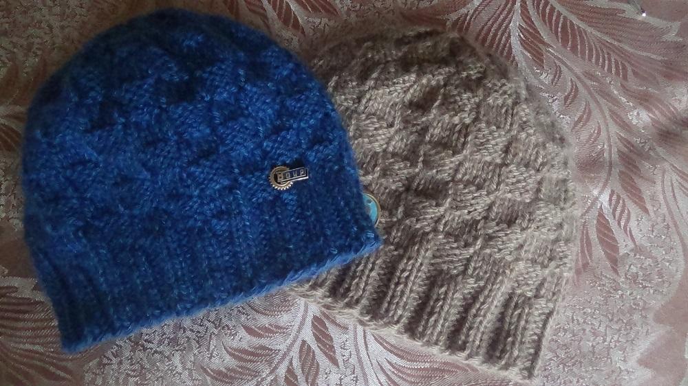 Мужская шапочка с шахматным узором. Men's hats knitting