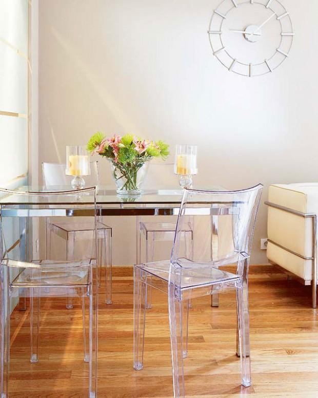 Обеденный стол в интерьере маленькой гостиной