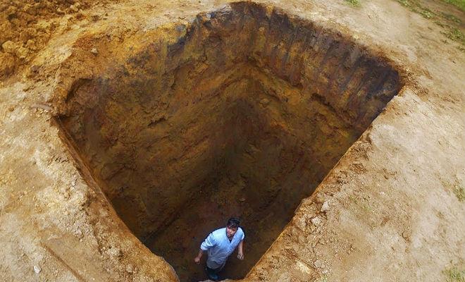 Мужчина выкопал яму 4 метра глубиной и показал как из нее выбраться самостоятельно. Видео
