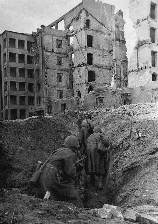 Бойцы 13-й Гвардейской дивизии передвигаются по вырытым между зданиями переходам в Сталинграде. Осень 1942 г. Великая Отечественная Война, архивные фотографии, вторая мировая война