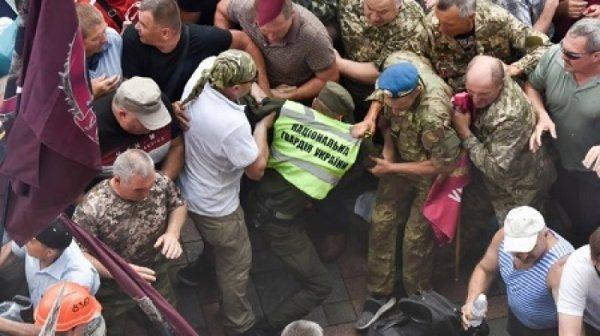 В Киеве ветераны–афганцы и шахтёры прорвались через кордон полиции к ВР