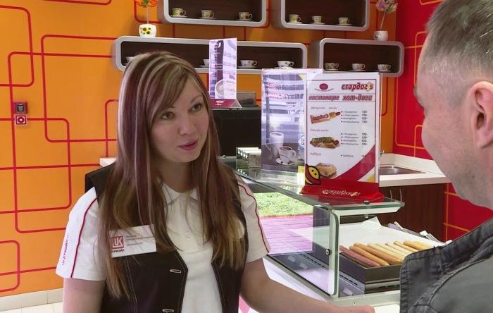 Кассир на АЗС. | Фото: youtube.com.