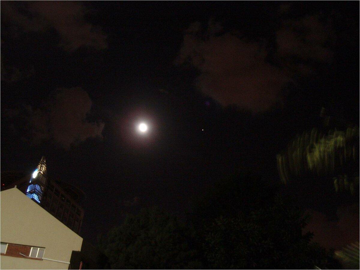 Луна (слева) и Марс (маленькая точка чуть правее центра) 27 августа 2005-го года