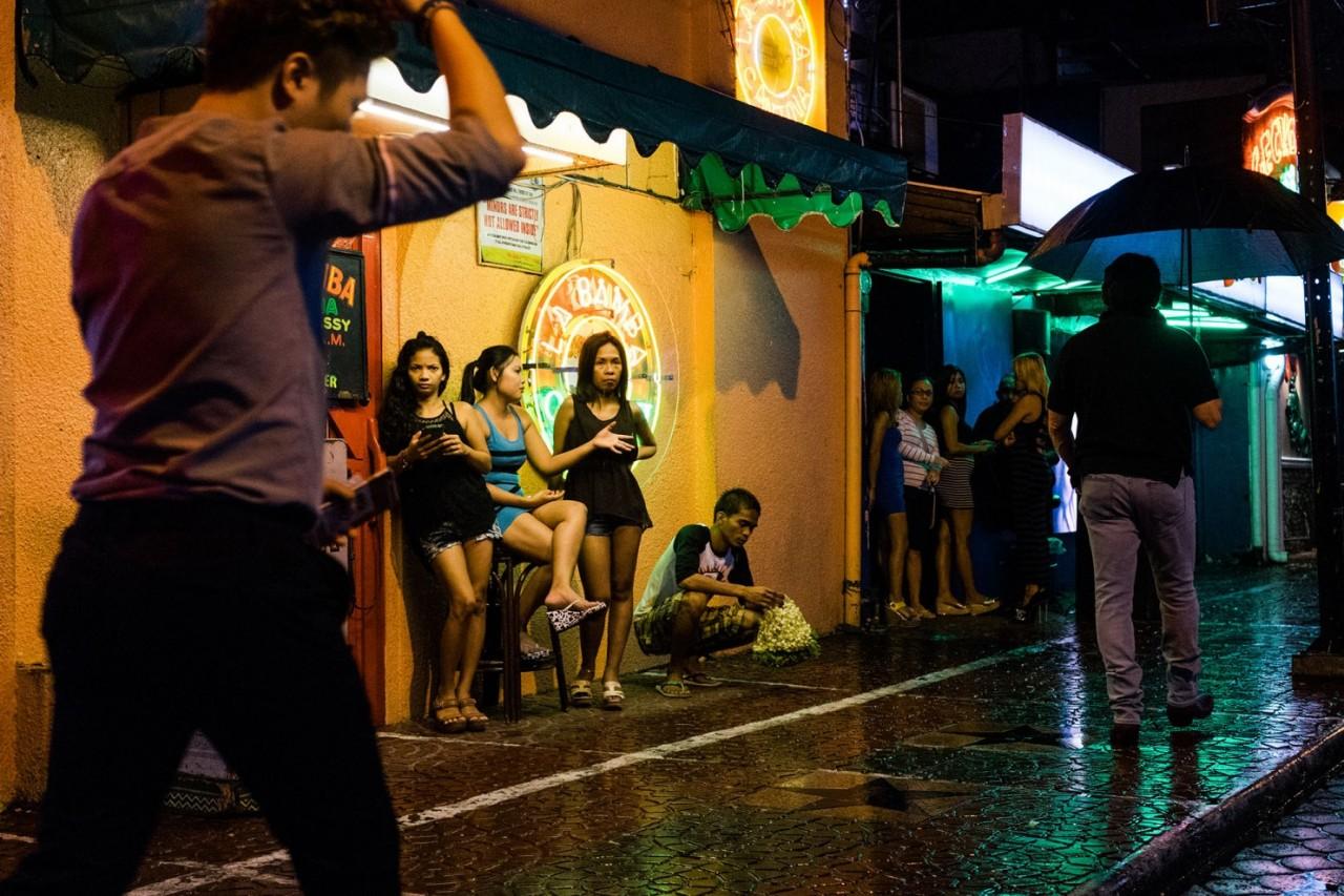 История филиппинок, которым пришлось стать проститутками