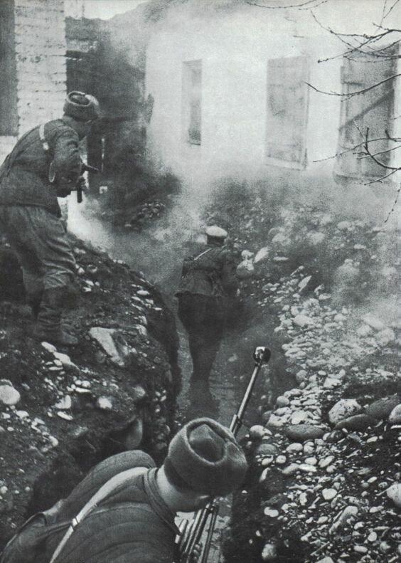 Советские солдаты в бою за село Гизель под Владикавказом. 7 ноября 1942 г. Великая Отечественная Война, архивные фотографии, вторая мировая война