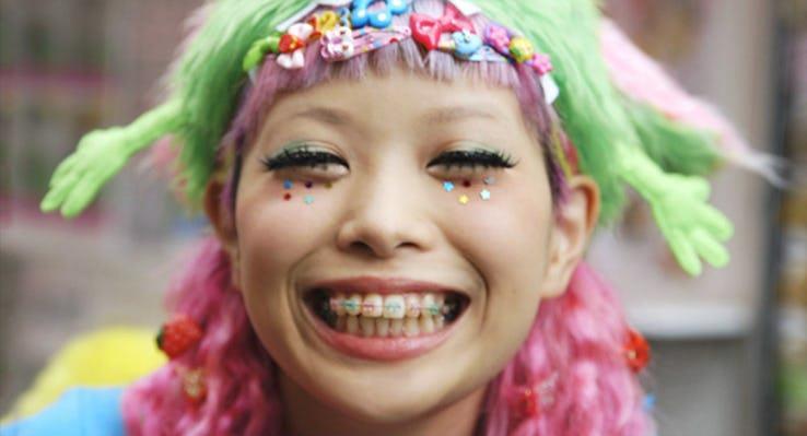 «Меньше думай, больше тупи!», разноцветные балаклавы и бублики во лбу. Несколько самых странных тенденций современной восточной моды