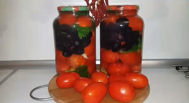Помидоры с виноградом: отличная заготовка на зиму