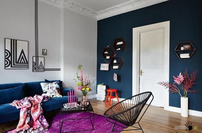 Синяя акцентная стена, которая гармонирует с мебель. / Фото: moidom.boltai.com