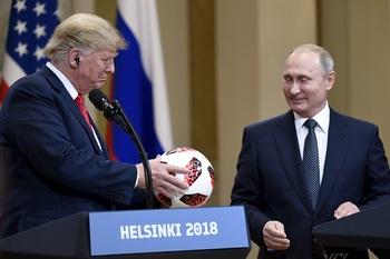 """Служба безопасности Трампа """"очень внимательно"""" проверила подаренный Путиным мяч"""