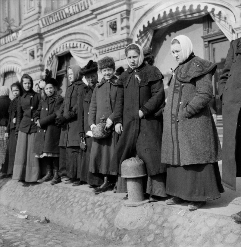 Женщины возле Торговых рядов на Красной площади история, ретро, фото