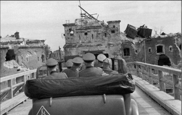 Гитлер (второй слева) и Муссолини (справа) едут осматривать Брестскую крепость 26 августа 1941 года. история, люди, мир, фото