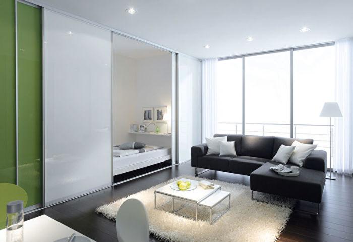 Перегородка по принципу шкафа-купе - идеальный вариант для разделения пространства под спальное место.