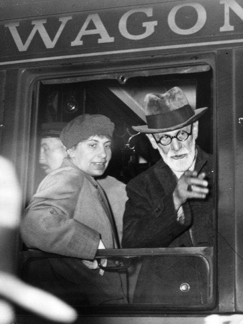 Зигмунд Фрейд с дочерью Анной, бежит из оккупированной нацистами Вены в Лондон, 1938 год. история, люди, мир, фото