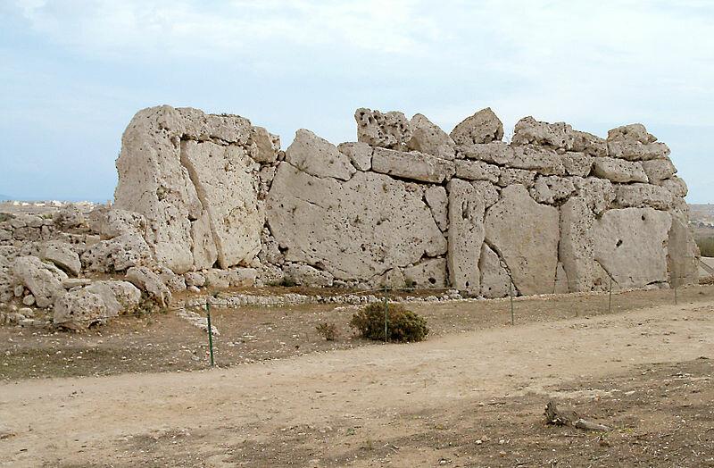 Стены хрома Джгантия сложены из гигантских монолитов (Гоцо, Мальта)