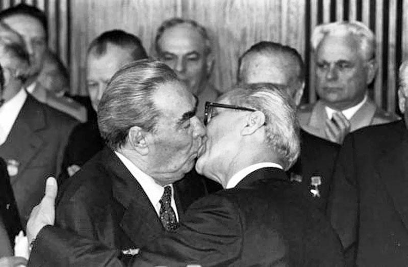 Интересное про силовые поцелуи Брежнева