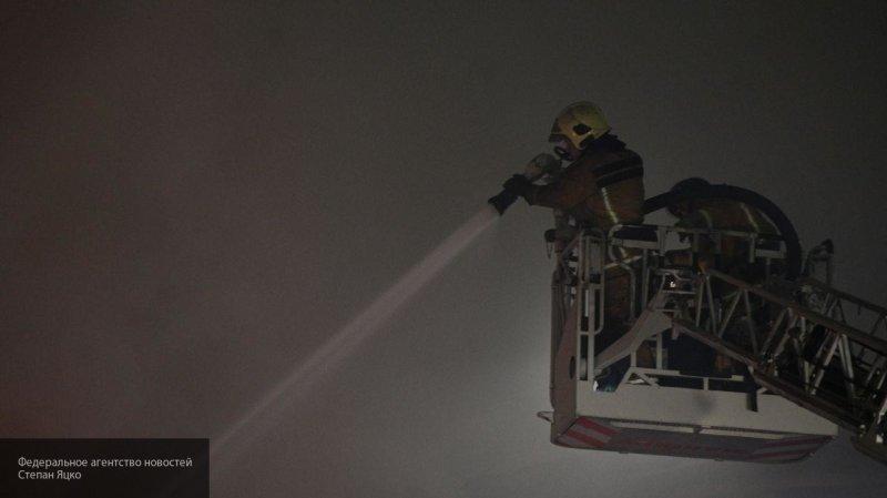 Пожар охватил 450 квадратных метров ангара с резинотехническими изделиями в Тольятти