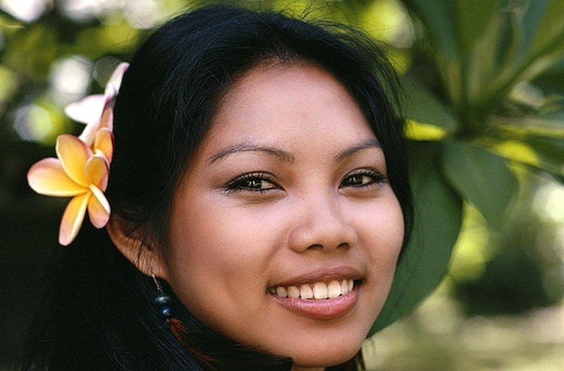 Гавайские девушки закладывают красивые и ароматные цветы Плюмерии за ухо - если цветок за правым ухом — девушка не замужем, если за левым — перед Вами замужняя женщина. информация, картинки, факты