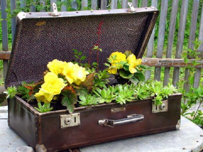 Винтажный чемодан с цветами.