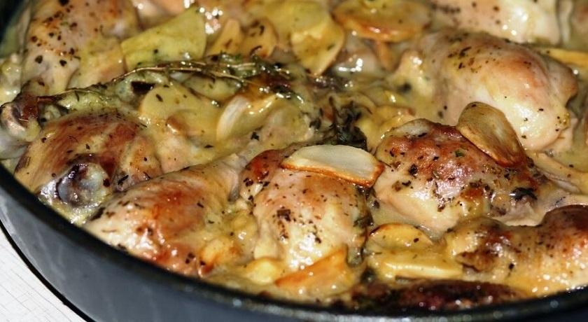 Картошка с курицей в духовке: запекаем в сметанном соусе