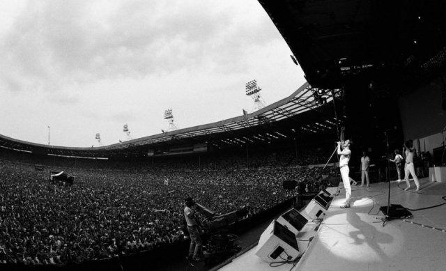 Фредди Меркьюри и 76000 зрителей на стадионе Уэмбли во время «Волшебного тура» Queen 1986 года. история, люди, мир, фото