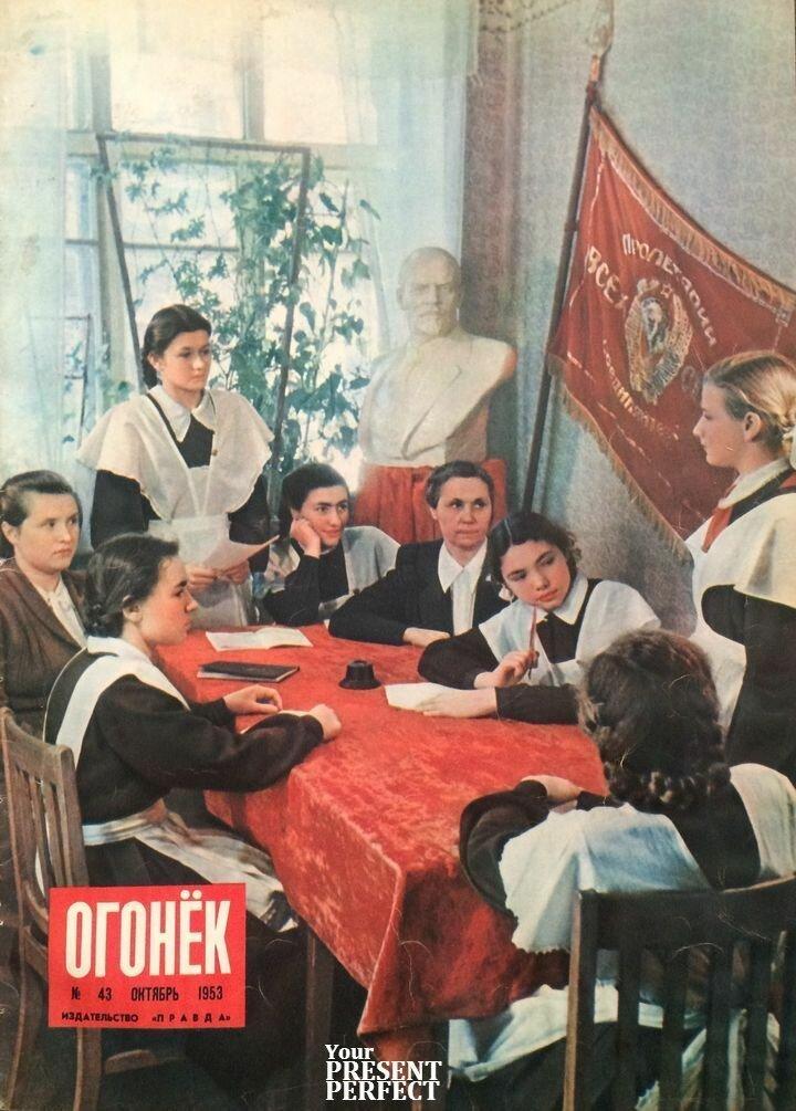 Прием в комсомол. На заседании комитета комсомола 33-й женской школы города Киева принимается в ряды членов КСМУ отличница учебы Светлана Карпова (стоит справа) СССР, фото, это интересно