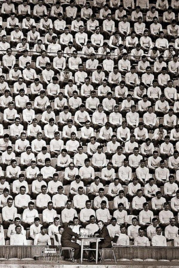 Чемпион мира Анатолий Карпов (справа за столиком) проводит показательную партию, 24 апреля 1978 года, СССР история, люди, мир, фото