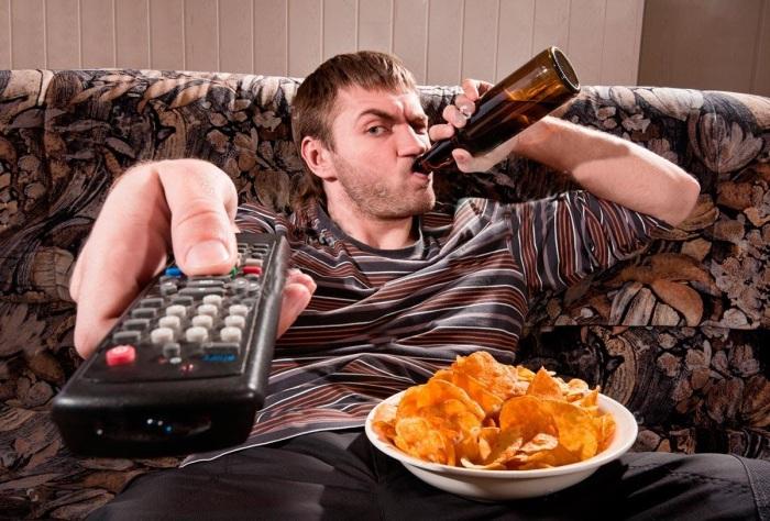 Редко встретишь мужчину, который не любил бы после работы полежать на диване с пивом и чипсами / Фото: poembook.ru