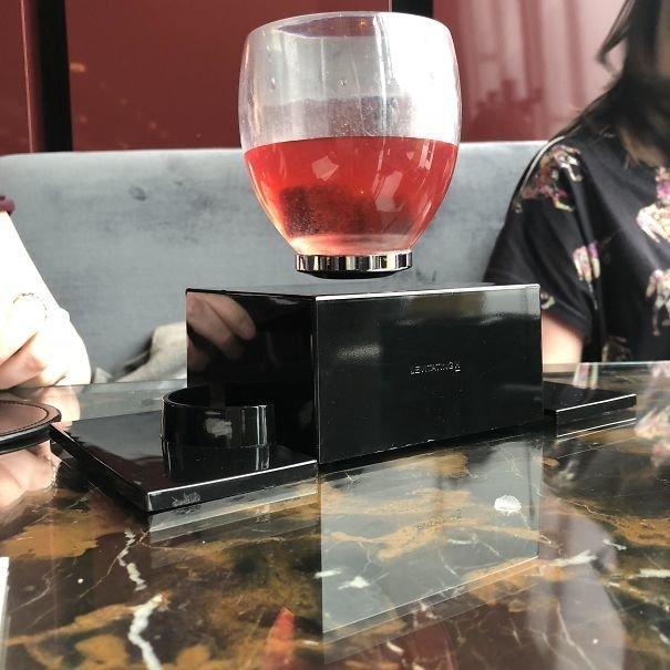 23. Коктейль в левитирующем бокале блюдо, еда, идея, оригинальность, подача, ресторан, сервировка, странность