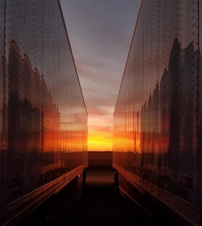 Кто бы мог подумать, что два грузовика на закате могут выглядеть так романтично красота, перфекционизм, симметрия