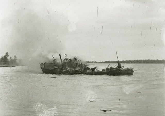 Катер финских ВМС, только что уничтоженный советский штурмовиком Ил-2, о. Tiurinsaari (Западный Берёзовый), 18.06.1944 г. история, люди, мир, фото