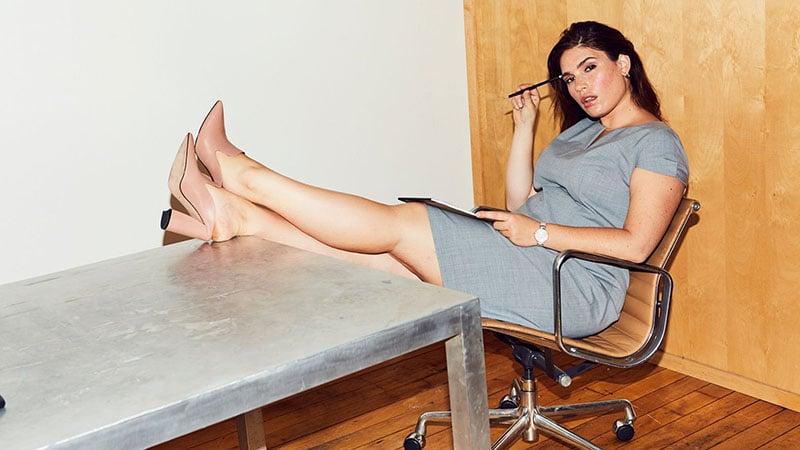 Девушка в сером офисном платье