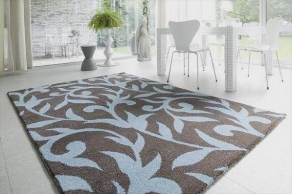 интерьер гостиной с ковром на полу дизайн с растительным орнаментом