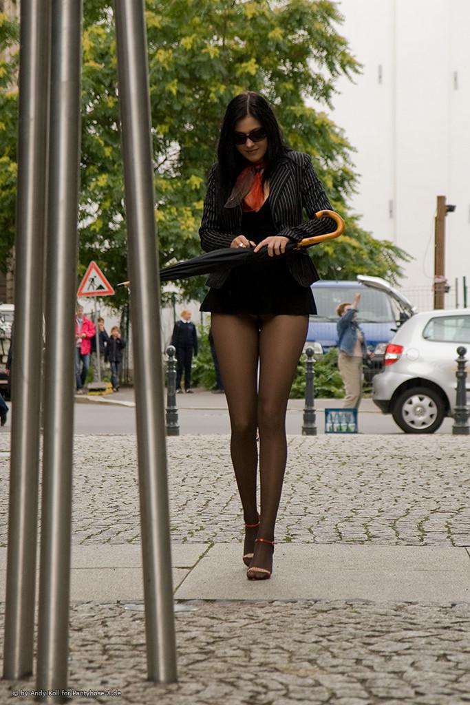 Красивая девушка с длинными ножками в короткой юбочке