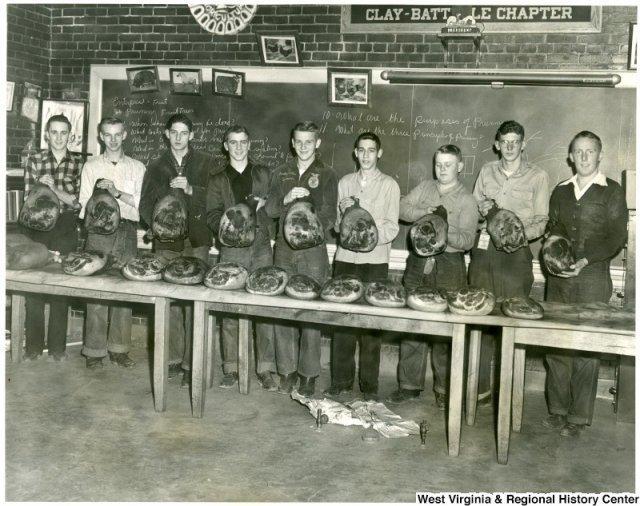 Американские школьники учатся коптить окорок. 1951 г история, люди, мир, фото
