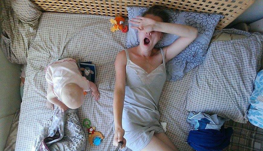 Уход за ребенком. Что значит быть мамой - заснято при помощи селфи палки